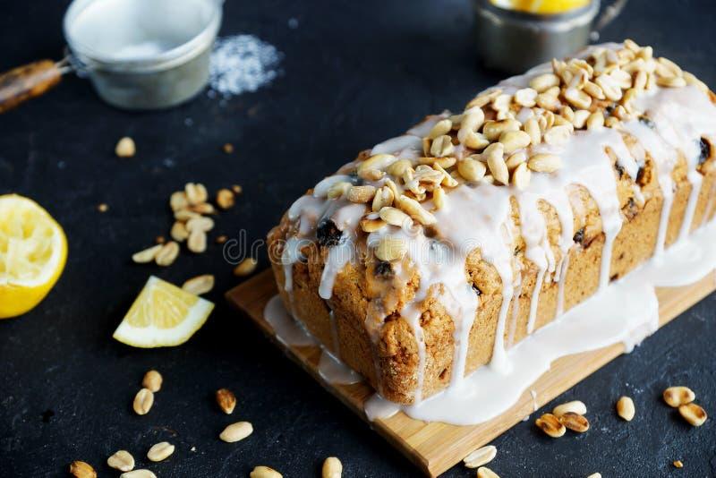 Torta hecha en casa del limón con las pasas, las nueces y helar de la vainilla fotos de archivo libres de regalías