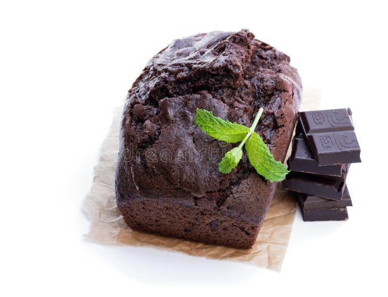 Torta hecha en casa del pan del chocolate aislada en blanco imagenes de archivo
