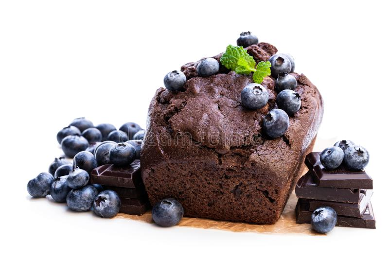 Torta hecha en casa del pan del chocolate con aislado en blanco foto de archivo libre de regalías