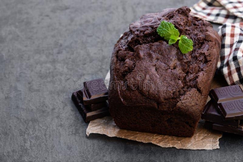 Torta hecha en casa del pan del chocolate en fondo de piedra negro imágenes de archivo libres de regalías