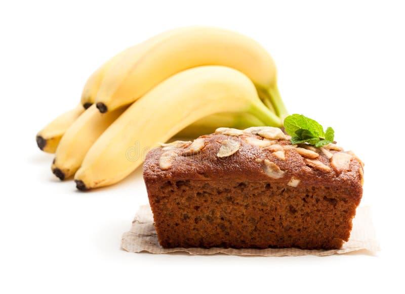 Torta hecha en casa del pan del plátano con los plátanos frescos aislados en blanco fotos de archivo libres de regalías