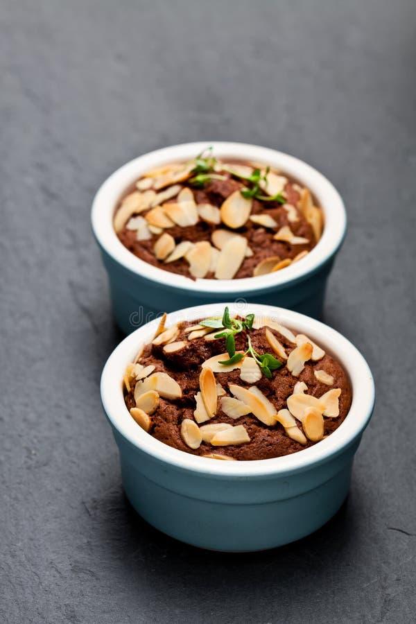 Torta hecha en casa deliciosa del mollete del chocolate en pequeño pote imagen de archivo
