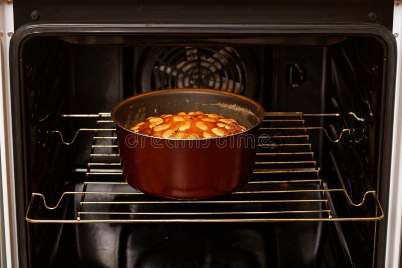 Torta hecha en casa recién hecha de la almendra en el horno nacional foto de archivo