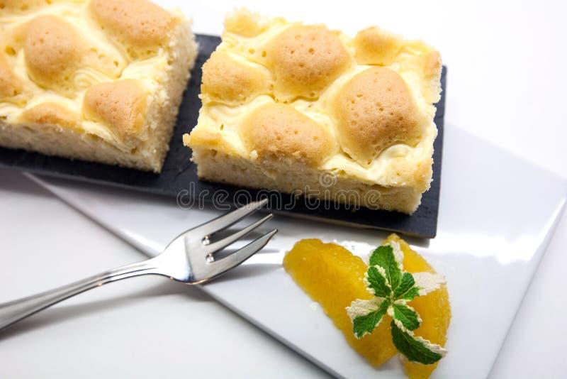 Torta hecha en casa sabrosa en el fondo blanco, torta austríaca tradicional de la rejilla del pote con un diseño de enrejado enci fotografía de archivo libre de regalías