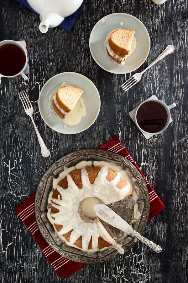 Torta helada de Bundt del canela y té caliente fotos de archivo