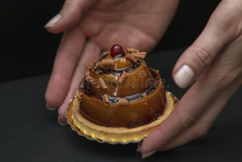 Torta hermosa elegante del caramelo con la baya en el top imagenes de archivo