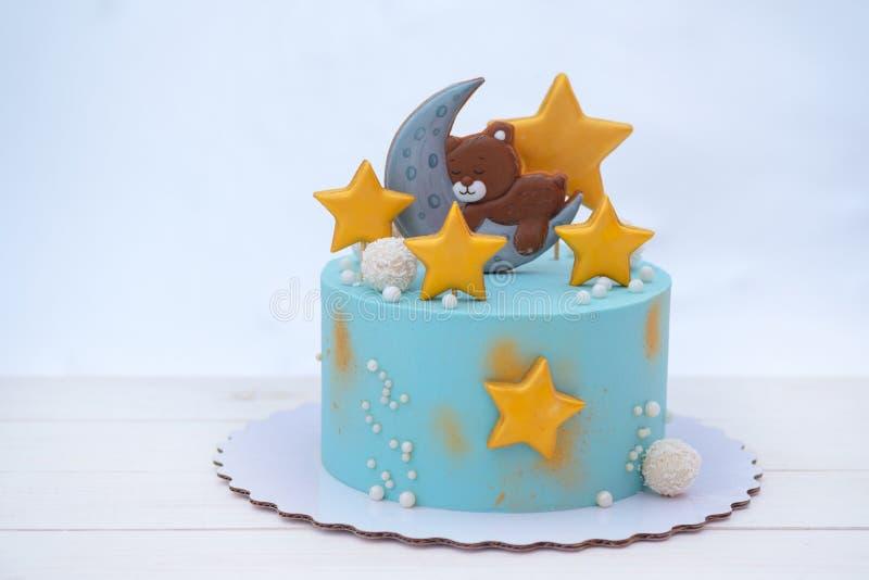 Torta hermosa para el cumpleaños del bebé con un oso, las estrellas y la luna foto de archivo libre de regalías
