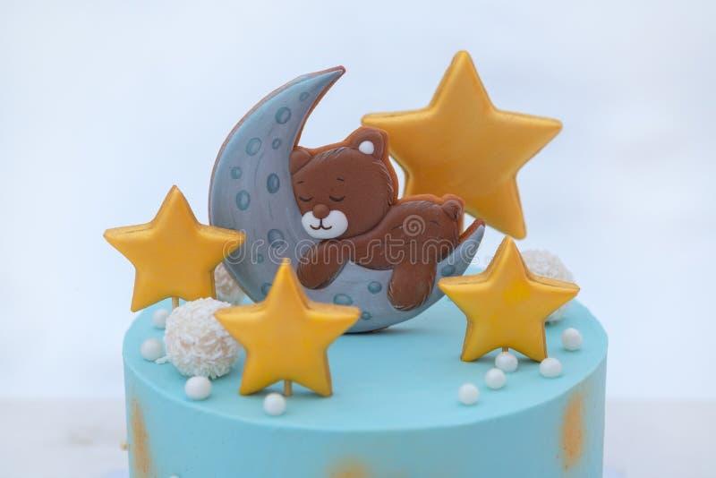 Torta hermosa para el cumpleaños del bebé con un oso, las estrellas y la luna fotos de archivo