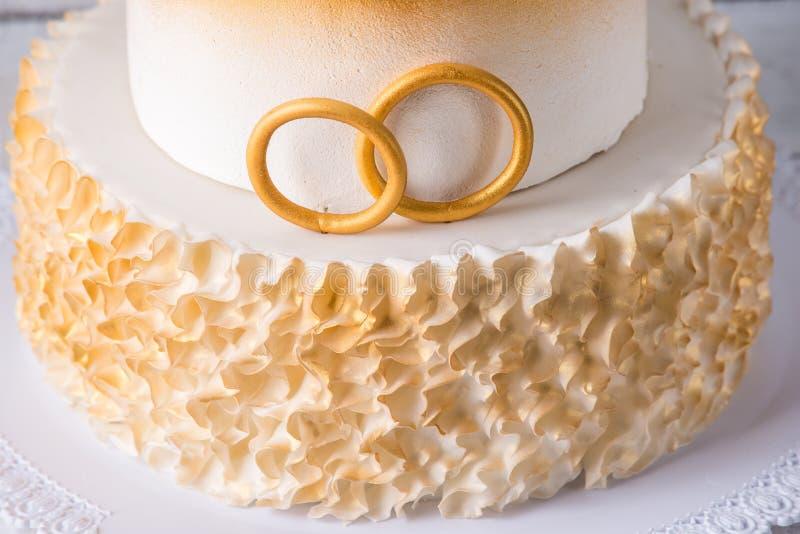 Torta hermosa para el 50.o aniversario de la boda adornada con las bolas y los anillos del oro Concepto de postres festivos foto de archivo libre de regalías