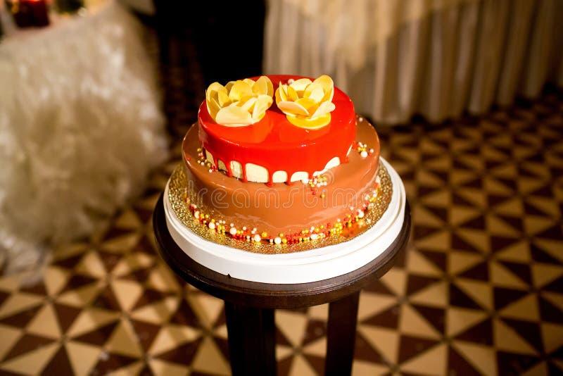 Torta hermosa y sabrosa en la recepción nupcial imágenes de archivo libres de regalías