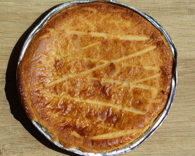 Torta holandesa Selfmade de la mantequilla y x28; Boterkoek& x29; galleta, fresco cocida del horno Exhibido en fondo de madera foto de archivo libre de regalías