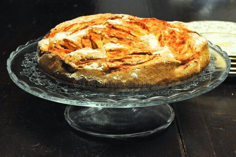 Torta italiana con las manzanas y el canela frescos fotos de archivo