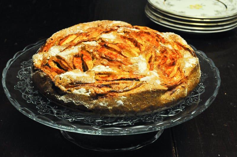 Torta italiana con las manzanas y el canela frescos fotografía de archivo