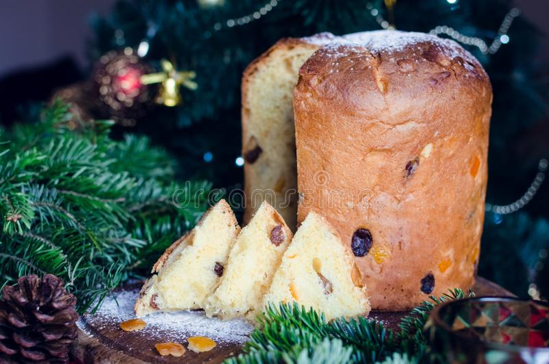 Torta italiana tradicional del panettone para la Navidad foto de archivo libre de regalías