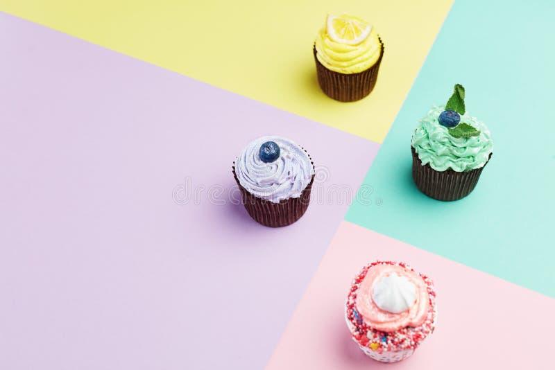 Torta Las magdalenas coloridas se cierran para arriba imagen de archivo libre de regalías