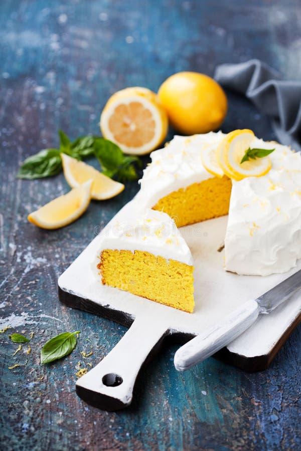 Torta libre del gluten de la almendra del limón con helar del queso cremoso foto de archivo libre de regalías
