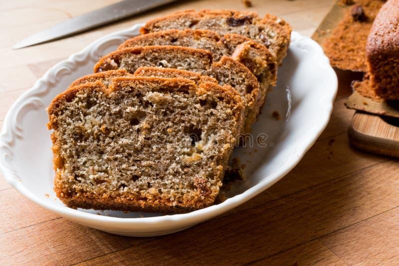 Torta libre del gluten orgánico hecho en casa con las pasas foto de archivo