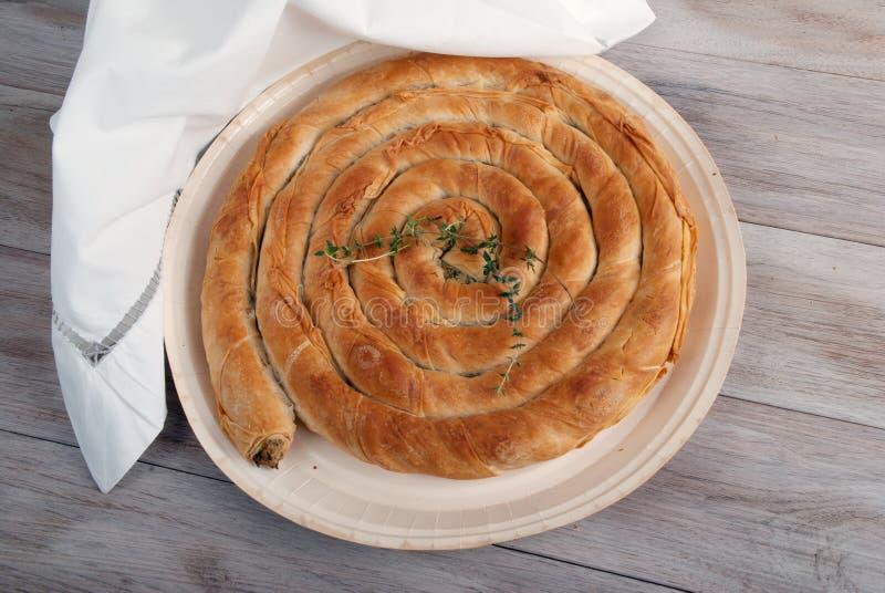 Torta mediterrânea tradicional, com espinafres e queijo imagem de stock royalty free