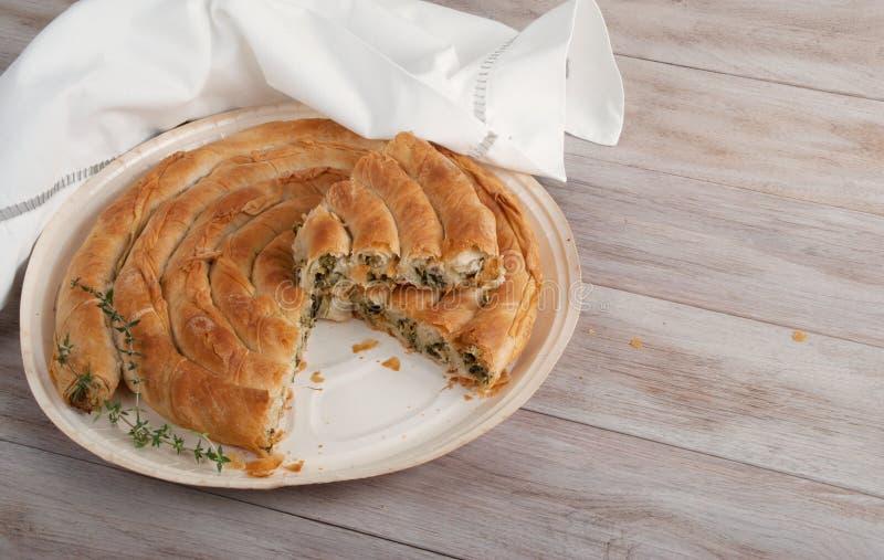 Torta mediterrânea tradicional, com espinafres e queijo imagem de stock