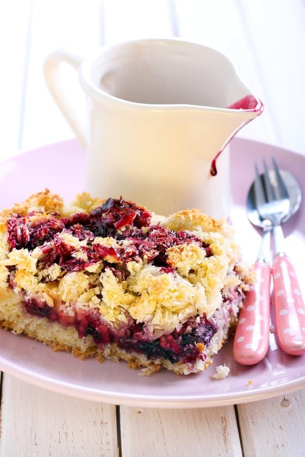 Torta mezclada de la baya y de la fruta fotografía de archivo libre de regalías