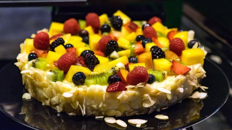 Torta mezclada deliciosa de la fruta en el restaurante, Maldivas imagenes de archivo