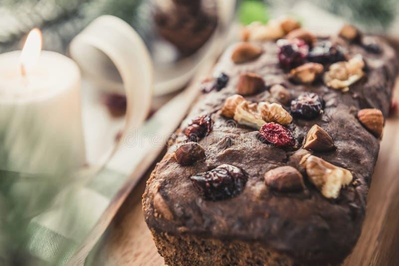 Torta mezclada secada sabrosa hermosa de la fruta de la Navidad de la nuez en la tabla de madera fotografía de archivo libre de regalías