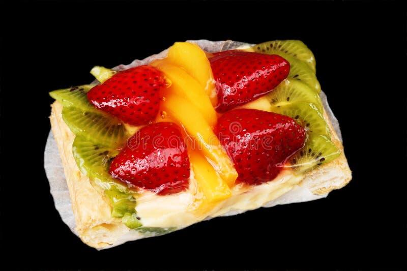 Torta Mixed della frutta sul nero fotografia stock libera da diritti