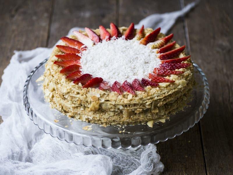 Torta Napoleon adornado con las fresas fotografía de archivo libre de regalías