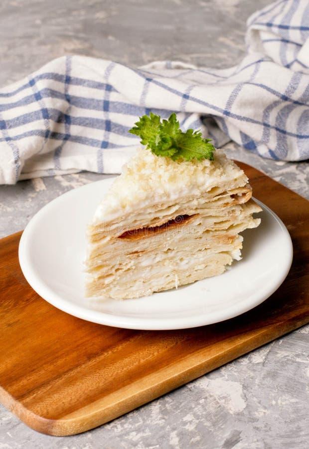 Torta napoleon Cucina russa, multi dolce stratificato con pasticceria immagine stock
