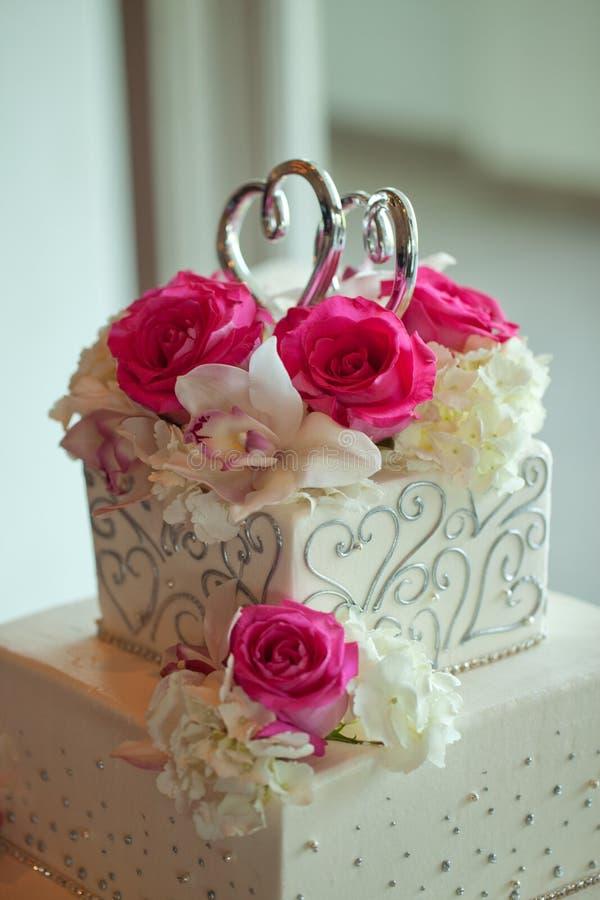 Torta nunziale con i fiori immagini stock libere da diritti