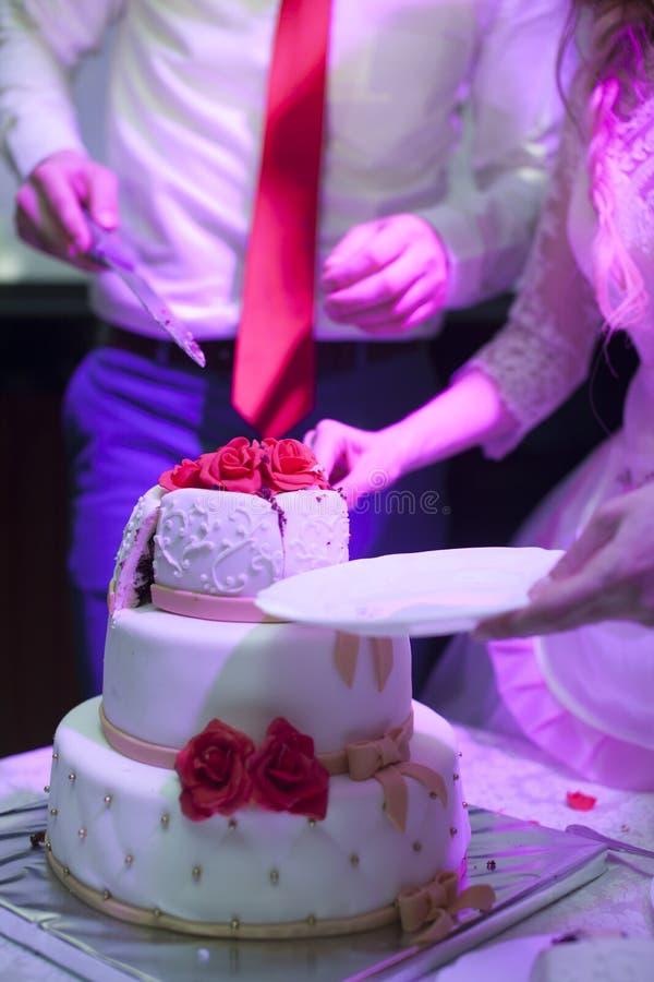 Torta nunziale con il taglio delle rose immagini stock
