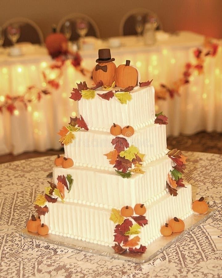 Torta nunziale di tema di autunno immagini stock