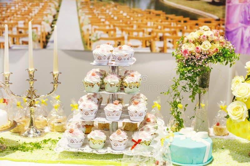 Torta nunziale e bigné sul partito di ricezione o di evento immagine stock
