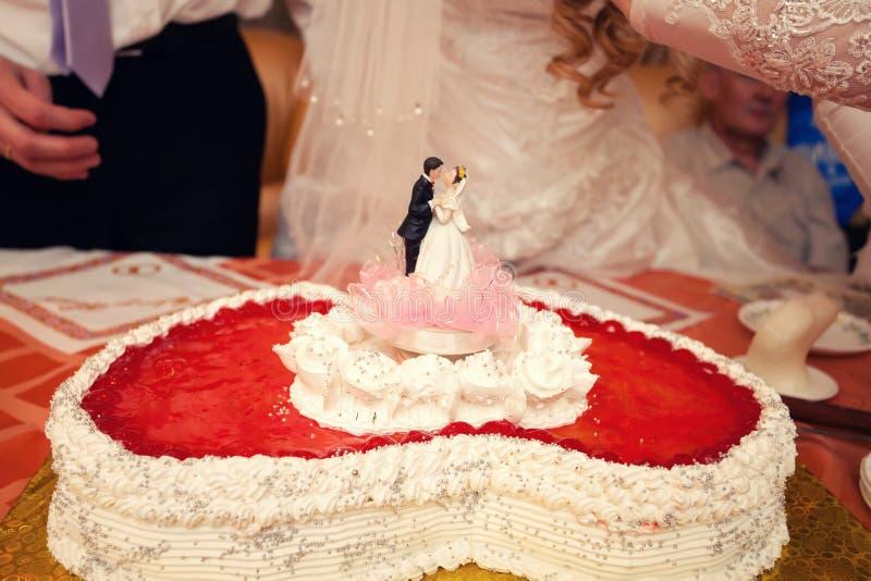 Torta nunziale sotto forma di cuore rosso immagine stock libera da diritti