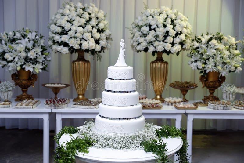 Torta nunziale - tavola decorata per nozze immagine stock