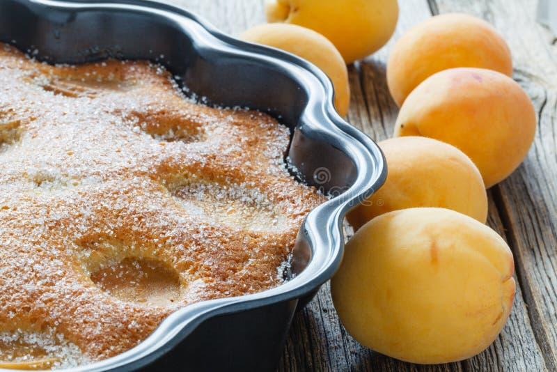 Torta o empanada con las frutas frescas, pastel de queso del albaricoque foto de archivo