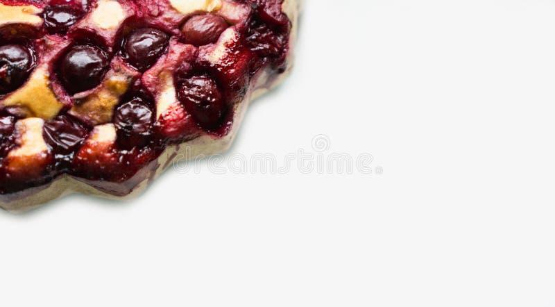Torta orgânica caseiro deliciosa da cereja em um fundo branco foto de stock