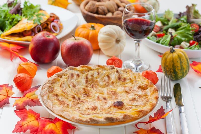 Torta ou galdéria de Apple com vinho vermelho foto de stock