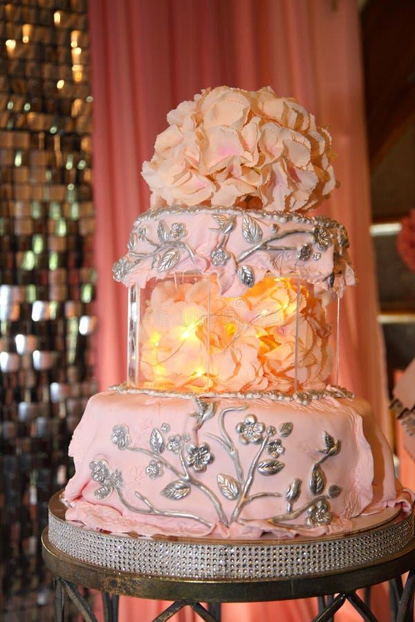 Torta para el 50.o aniversario Torta de cumpleaños dulce con crema rosada fotos de archivo