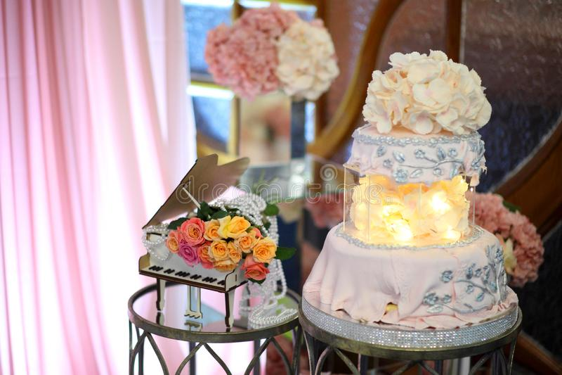 Torta para el 50.o aniversario Torta de cumpleaños dulce con crema rosada imagen de archivo libre de regalías