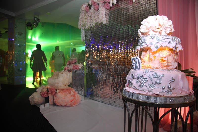 Torta para el 50.o aniversario Torta de cumpleaños dulce con crema rosada fotografía de archivo
