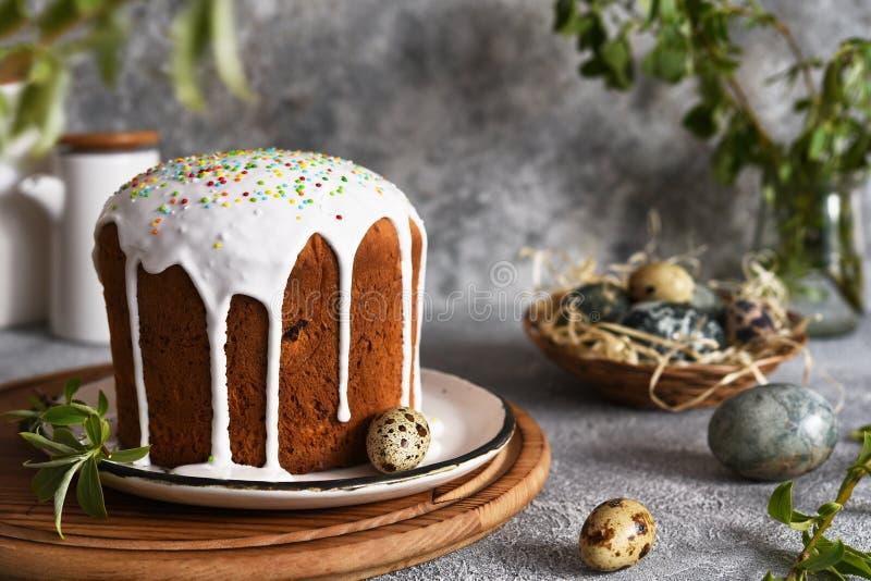 Torta pasquale tradizionale con ghiacciatura e uova di Pasqua fotografia stock libera da diritti