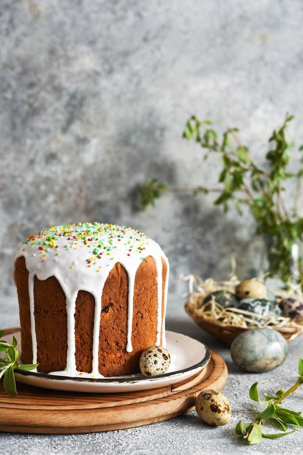 Torta pasquale tradizionale con ghiacciatura e uova di Pasqua fotografie stock