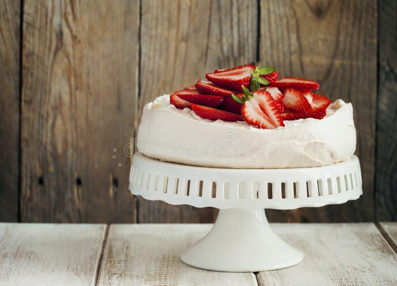 Torta Pavlova con la fresa fotos de archivo libres de regalías