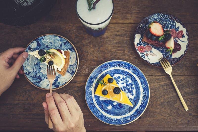 Torta Pedazos de rebanadas de la torta en diversos sabores tales como alces del chocolate del arándano, pastel de queso del limón imagen de archivo