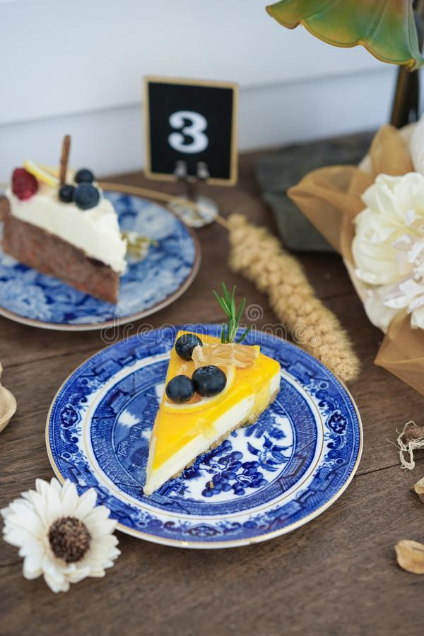 Torta Pedazos de rebanadas de la torta en diversos sabores tales como alces del chocolate del arándano y pastel de queso del limó imagenes de archivo