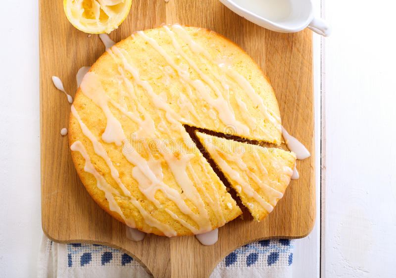 Torta pegajosa del limón foto de archivo libre de regalías