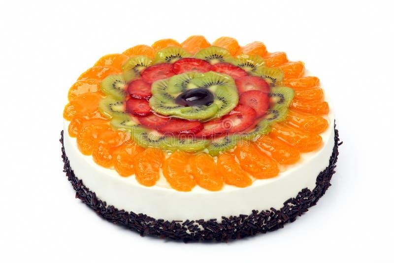 Torta poner crema con las frutas en el fondo blanco fotos de archivo libres de regalías