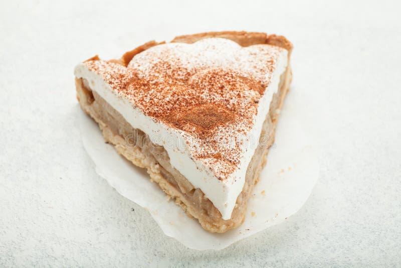 Torta poner crema en un fondo blanco, primer imagen de archivo libre de regalías
