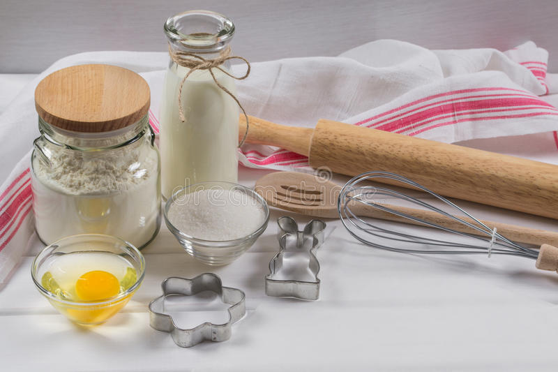 Torta que cuece Ingredientes y rodillo de la receta de la pasta imagen de archivo libre de regalías